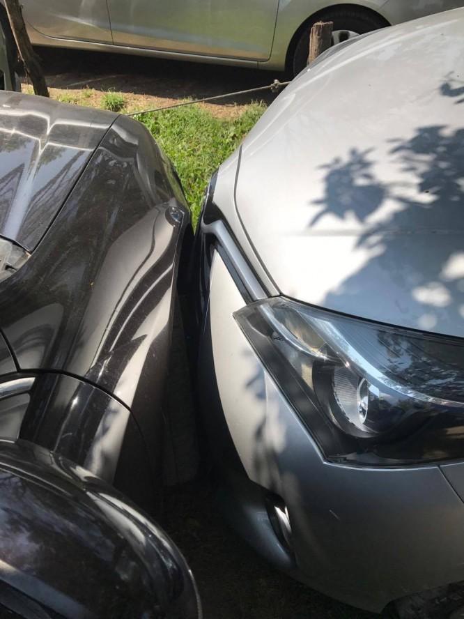 Italiensk parkering! Bara millimeter skiljer bilarna åt...och inte en enda repa blev det.