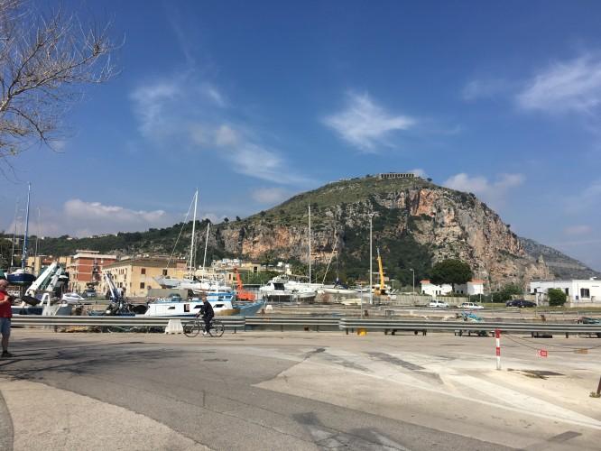 Terracina, en liten by med färjeläger och kustbevakning.