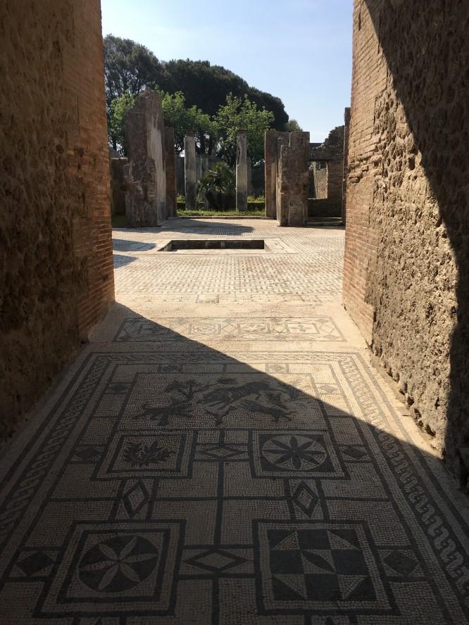 Entrén till ett f.d. välbärgat hem med ett fantastiskt mosaikgolv. Pompeji 12/4-2017