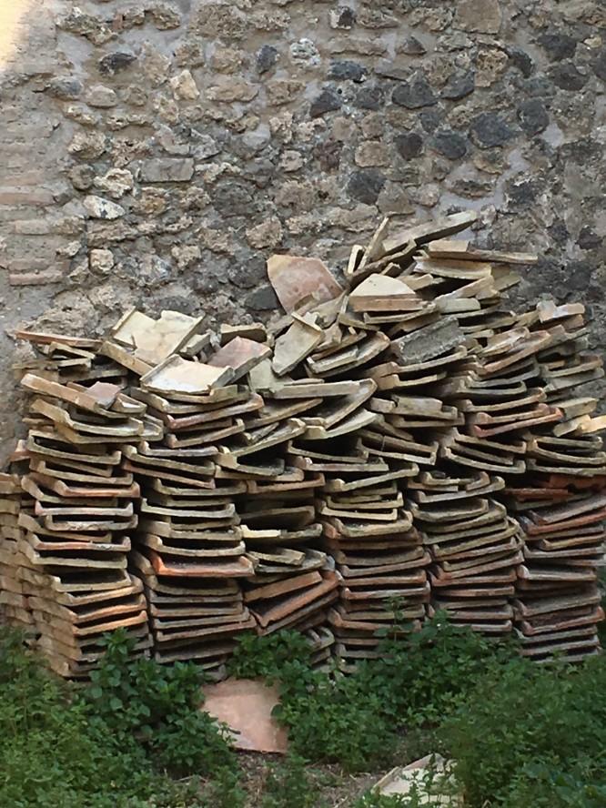 Som husbyggare kunde jag inte låta bli att fascineras av  tegelpannorna som uppenbarligen är typ 2000 år gamla, Pompeji 12/4-2017