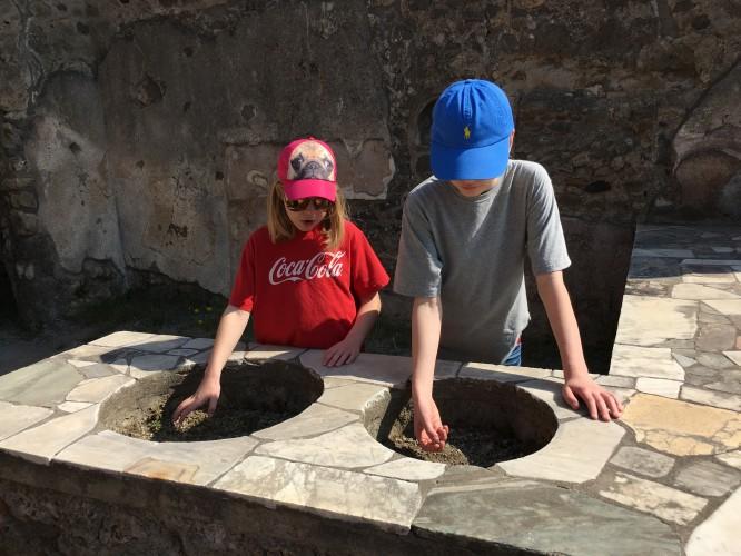 """Barnen bjuder på """"mat"""" från ett 2000 år gammalt snabbmatshak, Pompeji 12/4-2017"""