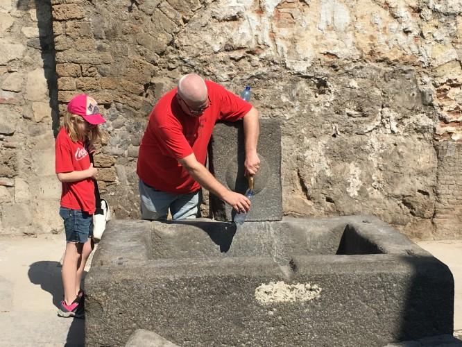 Fri tillgång på vatten ur gamla brunnar...dock var vattenledningarna till dessa nya. Pompeji 12/4-2017