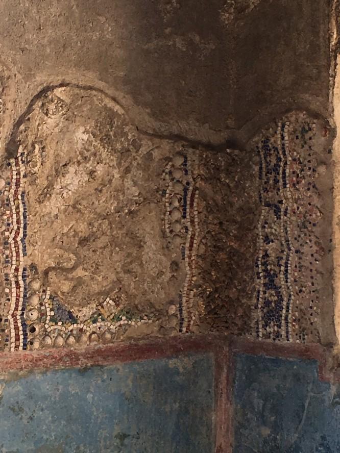 Väggmosaik med bland annat snäckskal i ett välbärgat hem, Pompeji 12/4-2017