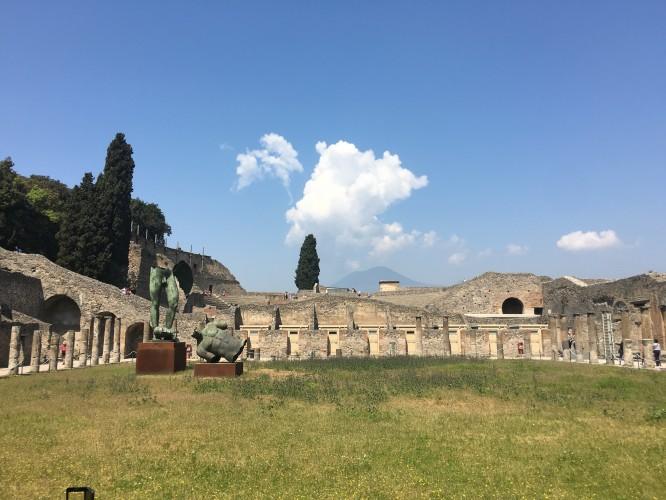 Inne på gladiatorernas träningsarena med Vesuvius i bakgrunden, Pompeji 12/4-17