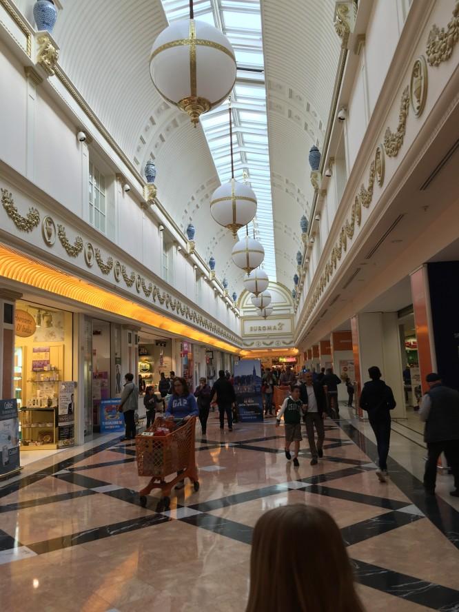 Shoppingcentret Euroma 2 som ligger cirka 5 km från Roms citycenter.