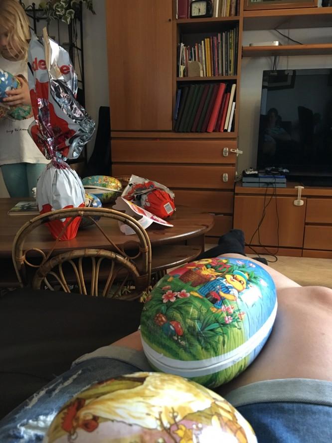 Påskägg. Svenska i förgrunden och på bordet ett italienskt chokladägg i aluminiumcellofan.