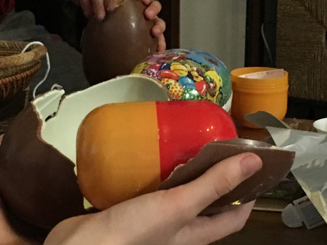 """Inuti det stora chokladägget fanns en gigantiskt """"kinderägg""""gula innehållande en betydligt finare leksak än de vanliga kinderäggen."""