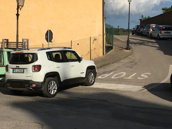 Var tvungen att fotografera stadens populäraste parkeringsplats...stopplinjen. Under dagen såg jag tre olika bilar parkerade på detta ställe. Italiensk parkering när den är som bäst ;)