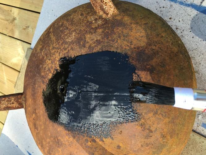 Några penseldrag med svart hammarlack och trebeningen börjar skifta karaktär.