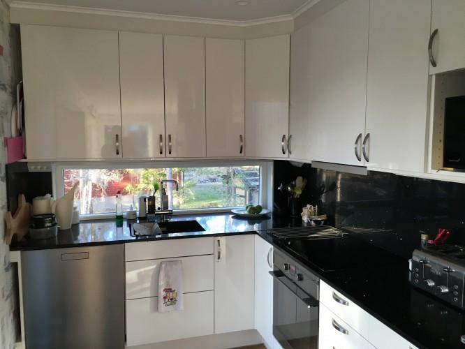 Vårt svart, vit och silver-färgade kök.