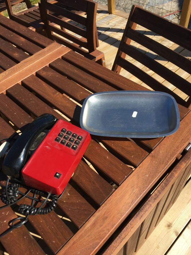 Loppisfynd, en telefon och ett rostfritt fat