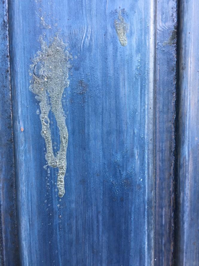 Semitransparant blå tack vare fasadlasyr (och kåda p.g.a. branden).