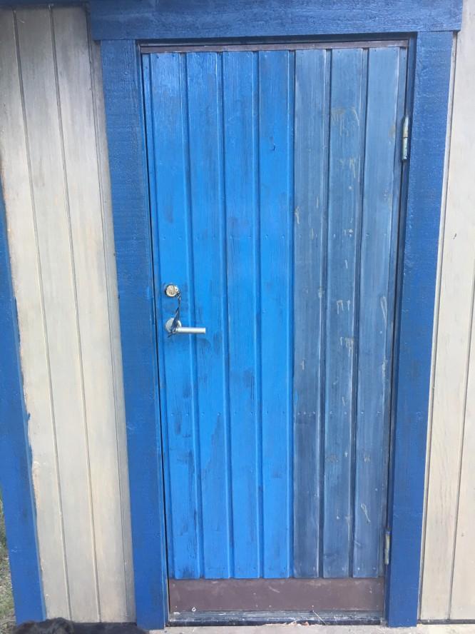 Halvvägs! Färgen är blåare när den är våt än när den torkat vilket underlättar strykning. Färgen är också mycket lättstruken, men det är svårt att undvika spår av penseldrag och flammighet.