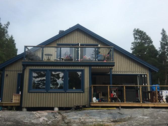 Nya huset värmt med kärlek och skratt av familj, vänner och bekanta.