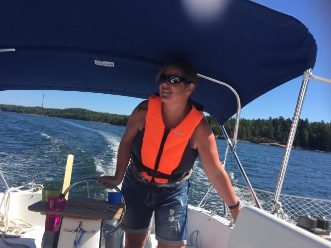 En som älskar att köra båt!