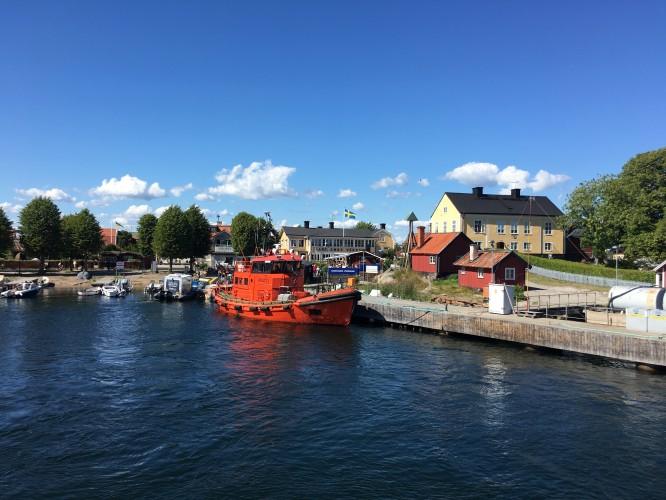 Vackra Sandhamn med Tullhuset och sina lotsbåtar.