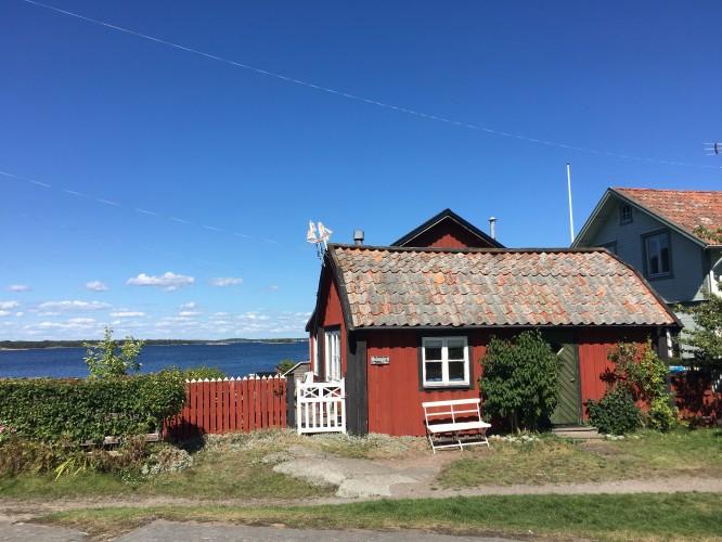 Hav, sand och gamla byggnader är det som kännetecknar Sandhamn.