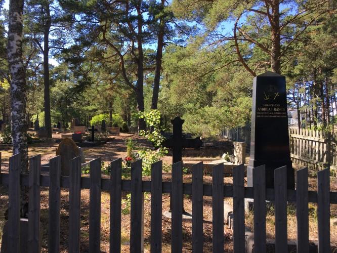 Kyrkogården, här ligger många män och kvinnor som fått sin försörjning från sjön