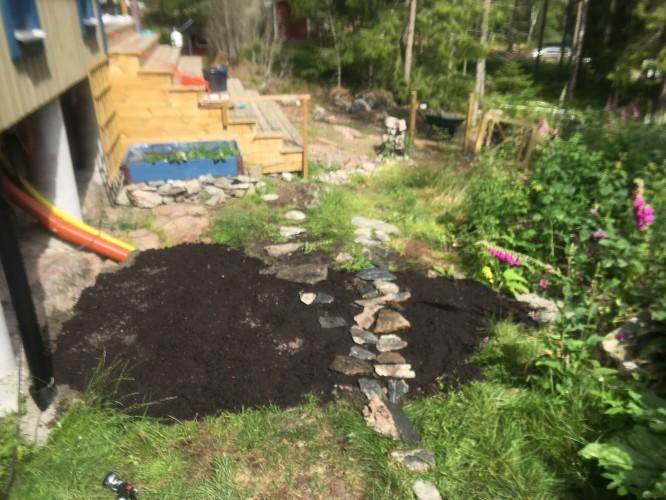 En liten plätt med avloppsrör, grus och ett ytterst tunt jordlager.