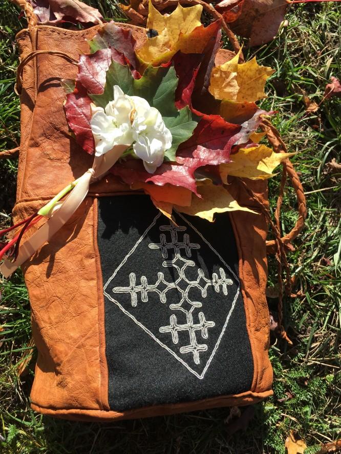 Handväska sydd av farmor som jag använder vid finare tillfällen och den handbukett som fick följa med urnan ner i graven, 16/10-17