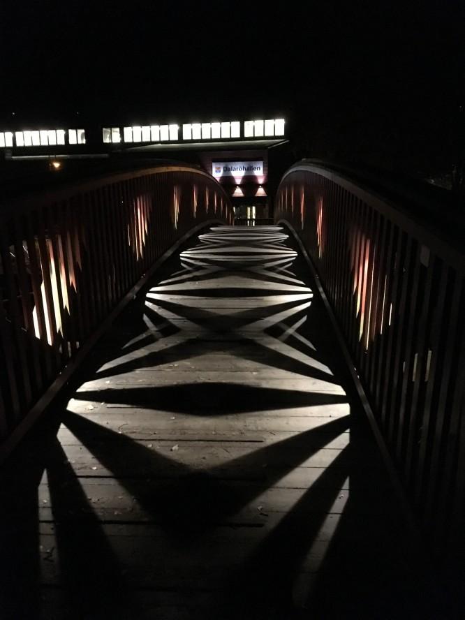 Otroligt läcker belysning på en av broarna över kanalen.