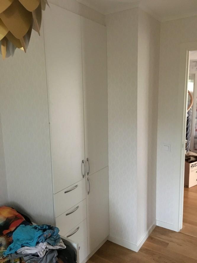 Den inbyggda garderoben i B:s rum.
