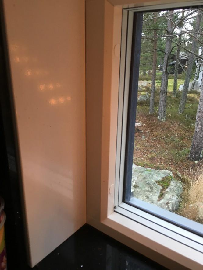 Den svarta bänkskivan smiter åt fint mot fönster och karm.
