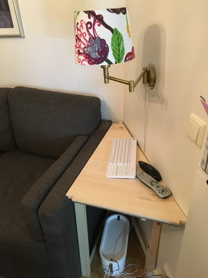 Trekantigt bord för ett trekantigt hörn. Obs! prototyp bestående av ett halvt hyllplan och 4 ben :)