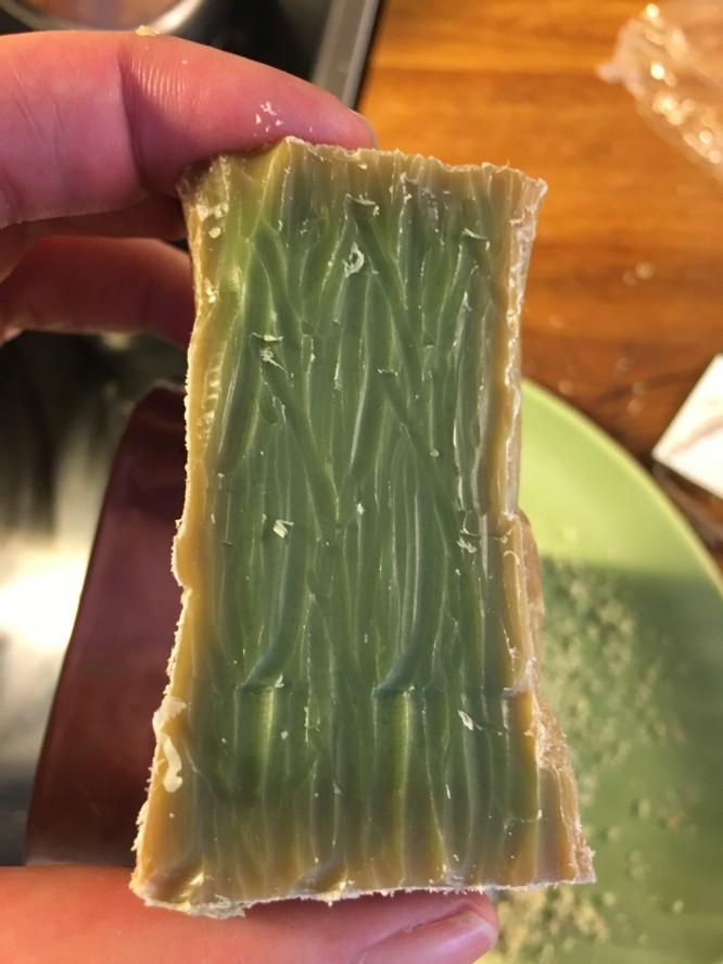 Tvålen revs och här visas kärnan som är olivgrön tack vare lagerbärsoljan