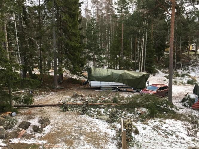 Största vindfällan blev en gran som snyggt lade sig över vägen upp till huset, mellan staketet och bilden.